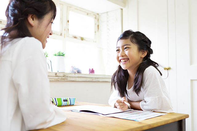 音読しながら勉強する小学生