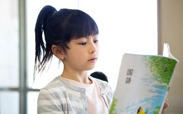 音読する小学生の女の子