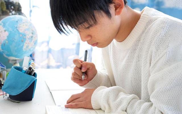 自宅で勉強する高校生