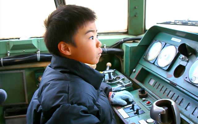 電車の運転士を夢見る男の子
